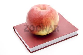 Roter Apfel auf Buch