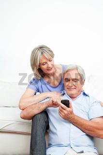 Frau erklärt Senior ein Smartphone