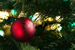 Rote Weihnachtsbaumkugel als Weihnachtsbaumdekoration