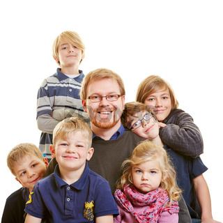 Vater mit sechs Kindern