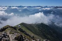 Ausblick vom Gipfel eins Berges in Tirol