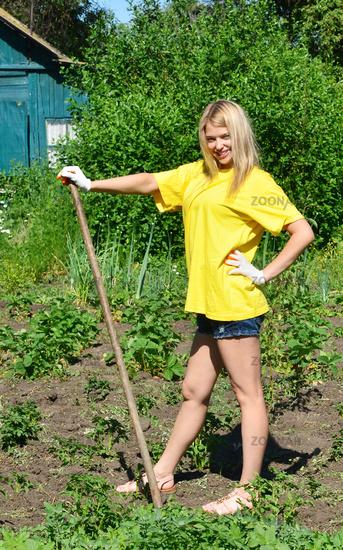 зрелые женщины на огороде-рр2