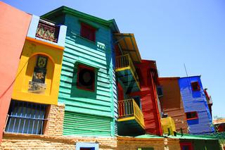 Bunte Häuser mit Wellblechfassaden im Stadtteil La Boca