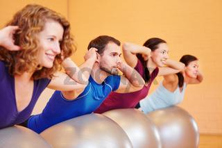 Gruppe macht Gymnastik im Fitnesscenter