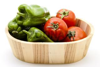 Paprika und Tomaten in Bottich