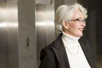 Ältere Geschäftsfrau in einem modernen Büro