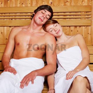 Entspanntes Paar in der Sauna