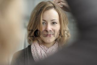 Spiegelbild einer jungen Frau