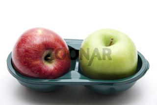 Roter und grüner Apfel in Verpackung