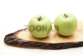 Apfel auf Holz mit Rinde