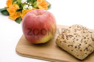 Roter Apfel und Vollkorn Semmel