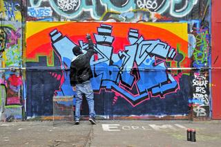 Elfjähriger Graffitimaler, Köln, Nordrhein-Westfalen, Deutschland, Europa