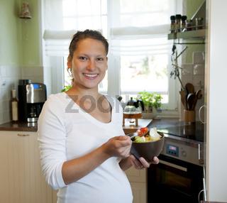 schwangere junge frau mit salat