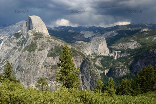 Gewitterstimmung im yosemite valley Kalifornien mit Blick zu Wasserfall und Half Dome