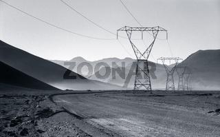 Überlandleitungen dirch die Atacama Wüste