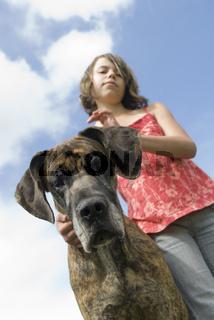 Süßes Mädchen mit Deutscher Dogge
