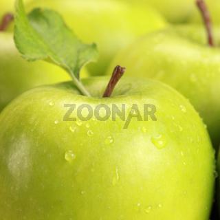 Grüne Äpfel mit Wassertropfen
