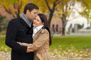 Romantischer Kuss im Park