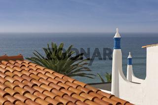 Dach mit Schornstein und Ansicht aufs Meer in Albufeira