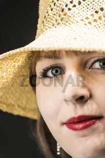 Frau mit gelbem Strohhut