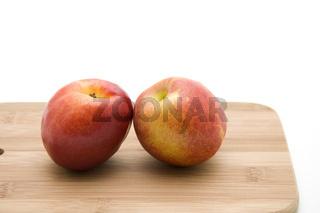 Apfel auf Schneidebrett