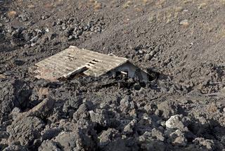 Zerstörtes Haus im Lavastrom, Sizilien, Italien