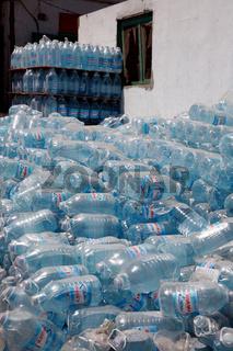 Trinkwasser in Flaschen im Straßenverkauf
