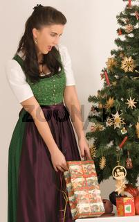 Bayerisches Mädchen mit Weihnachtspäckchen