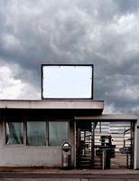 Eingangstor mit Drehkreuz in einer Fabrik