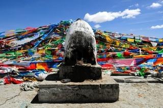 Räucherofen und Gebetsfahnen in Tibet