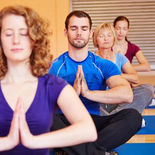 Meditation in der Gruppe im Fitnesscenter