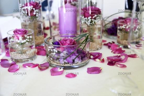Foto Schone Tischdekoration Mit Blutenblattern Und Kerzen Im
