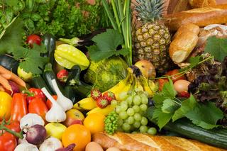 Viel Obst, Gemüse und Brot