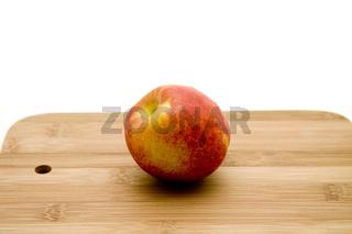 Apfel auf Holzteller