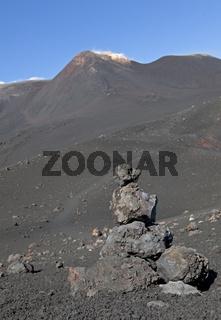 Steinmännchen aus Lava als Wegweiser am Ätna, Sizilien