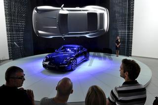 Publikum auf der IAA bei Porsche