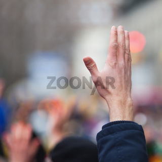 erhobene Hand in der Menge