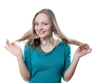 Blondine spielt mit Haaren