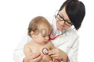 Ärtzin untersucht Kind