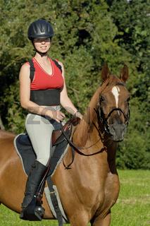 Reiterin auf Araber-Pferd
