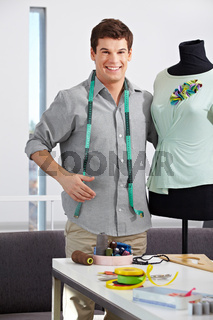 Modedesigner mit Schneiderpuppe
