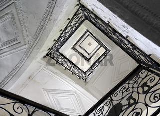 Stiegenhaus mit schmiedeeisernem Geländer