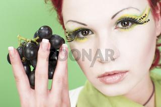 Frauenportrait mit Weintrauben