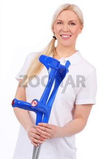 Krankenschwester hält 2 blaue Krücken