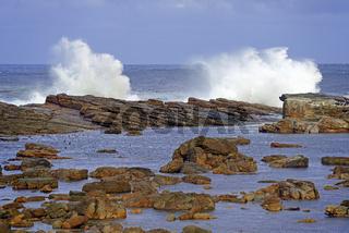 Stuermische See bei Gewitterstimmung am Morgen am Kap der guten