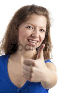 Freundlich lächelnde junge Frau mit Daumen hoch
