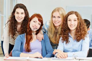 Vier jugendliche Teenager im Portrait