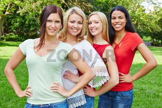 Vier glückliche Frauen im Park