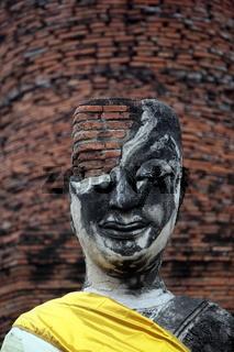 Eine Buddha Figur in einem Tempel in der Tempelstadt Ayutthaya noerdlich von Bangkok in Thailand.