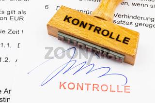 Holzstempel auf Dokument: Kontrolle